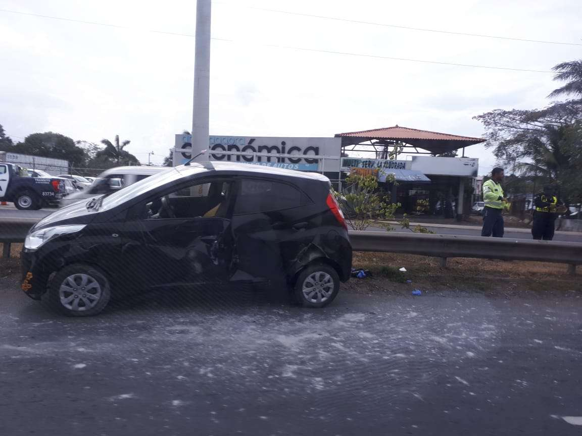 Conductora quedó atrapada en su vehículo. Foto/@TraficoCPanama