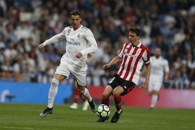 Cristiano Ronaldo domina el balón durante el partido con el Athletic de Bilbao. Foto: AP