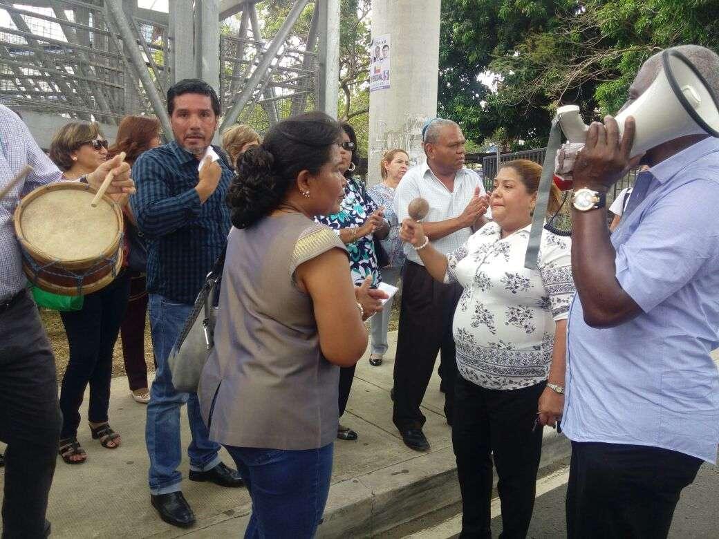 Los docentes protestaron al ritmo del tamborito.