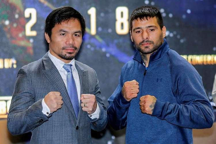 Lucas Matthyse (dcha.), y el boxeador filipino Manny Pacquiao (izq.) posan durante una rueda de prensa en Kuala. Foto: EFE