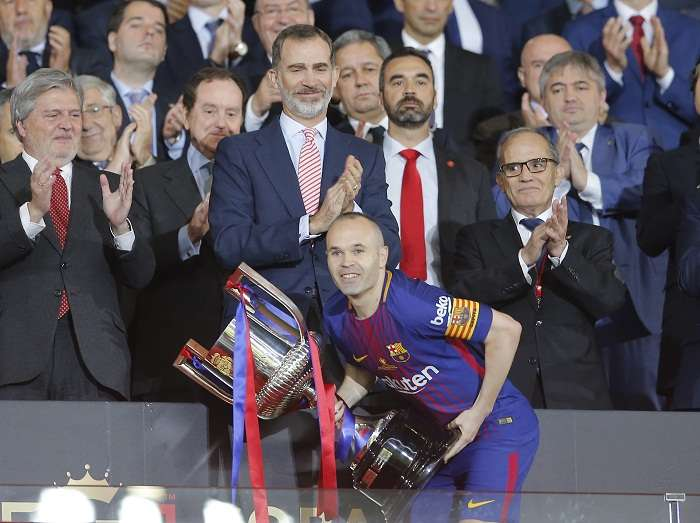 Andrés Iniesta festeja con el trofeo de la Copa del Rey. Foto: AP