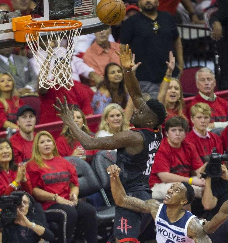 Clint Capela anota una canasta durante el partido de los Rockets y los Timberwolves. Foto: AP