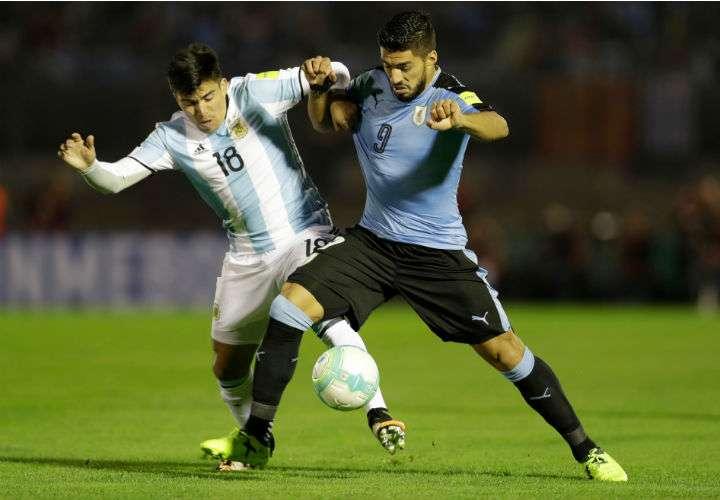 El delantero Luis Suárez (dcha.) es una de las máximas figuras de Uruguay para el Mundial de Rusia 2018. Foto AP