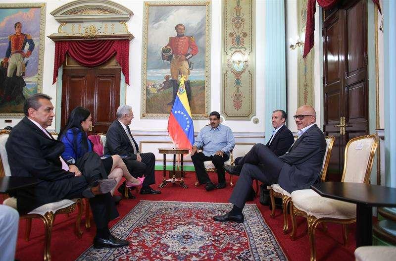 El presidente de Venezuela, Nicolás Maduro (3d), mientras se reúne con los gobernadores opositores Ramón Guevara (2i) de Mérida; Laidy Gómez (3i) de Táchira; y Antonio Barreto Sira (c) de Anzoátegui en Caracas (Venezuela). EFE