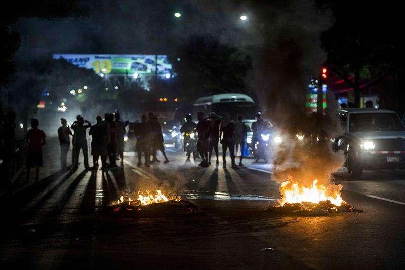 Manifestantes queman llantas en una vía durante protestas contra el gobierno de Daniel Ortega en Managua (Nicaragua). EFE