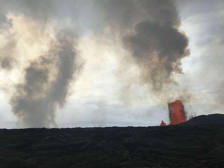 La lava de la Fissure 8, a la derecha, parece haber disminuido en altura desde las alturas sostenidas previas de 260 pies. AP