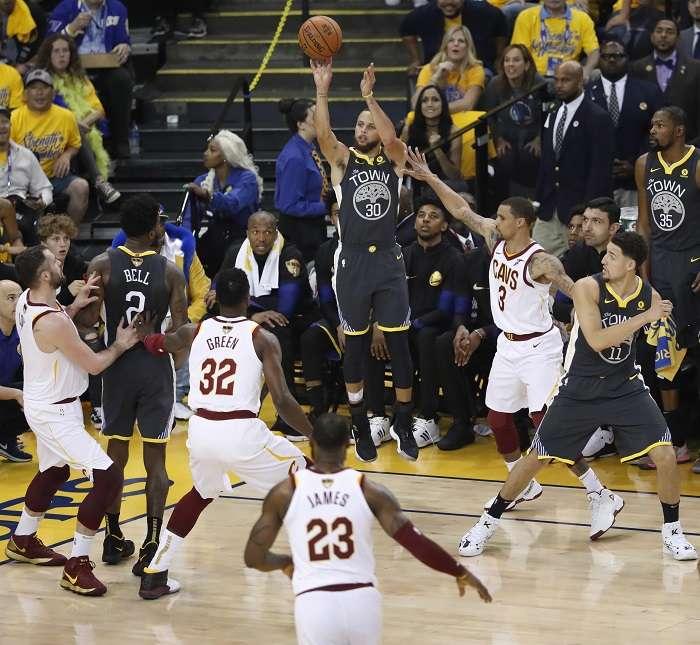 Stephen Curry anotando uno de sus nueve triples./EFE
