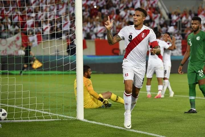 Paolo Guerrero le anotó dos goles a Arabia Saudí, en su regreso a la selección de Perú. Foto AP