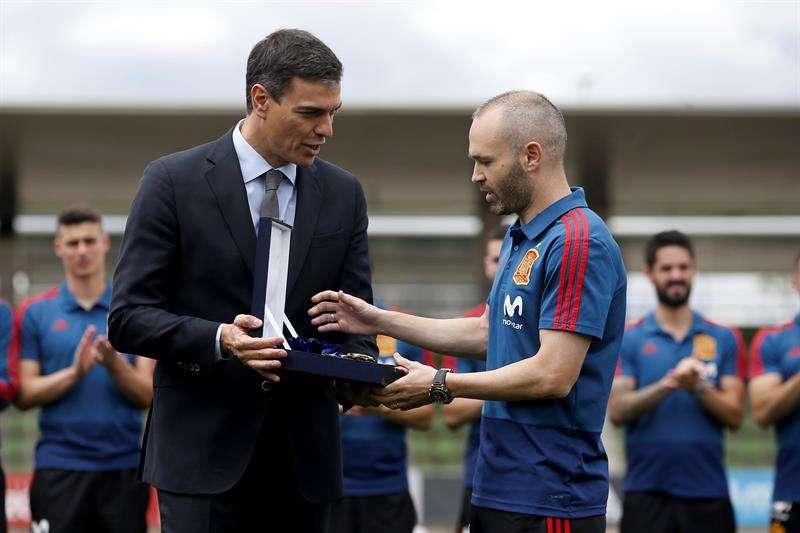 El centrocampista Andrés Iniesta (dcha.) se encuentra entrenando con la Roja en la ciudad de fútbol para disputar el Mundial 2018. Foto EFE