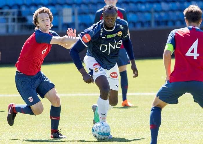 El exatleta jamaicano Usain Bolt (d) disputa un balón con el jugador de la selección noruega sub'19./EFE