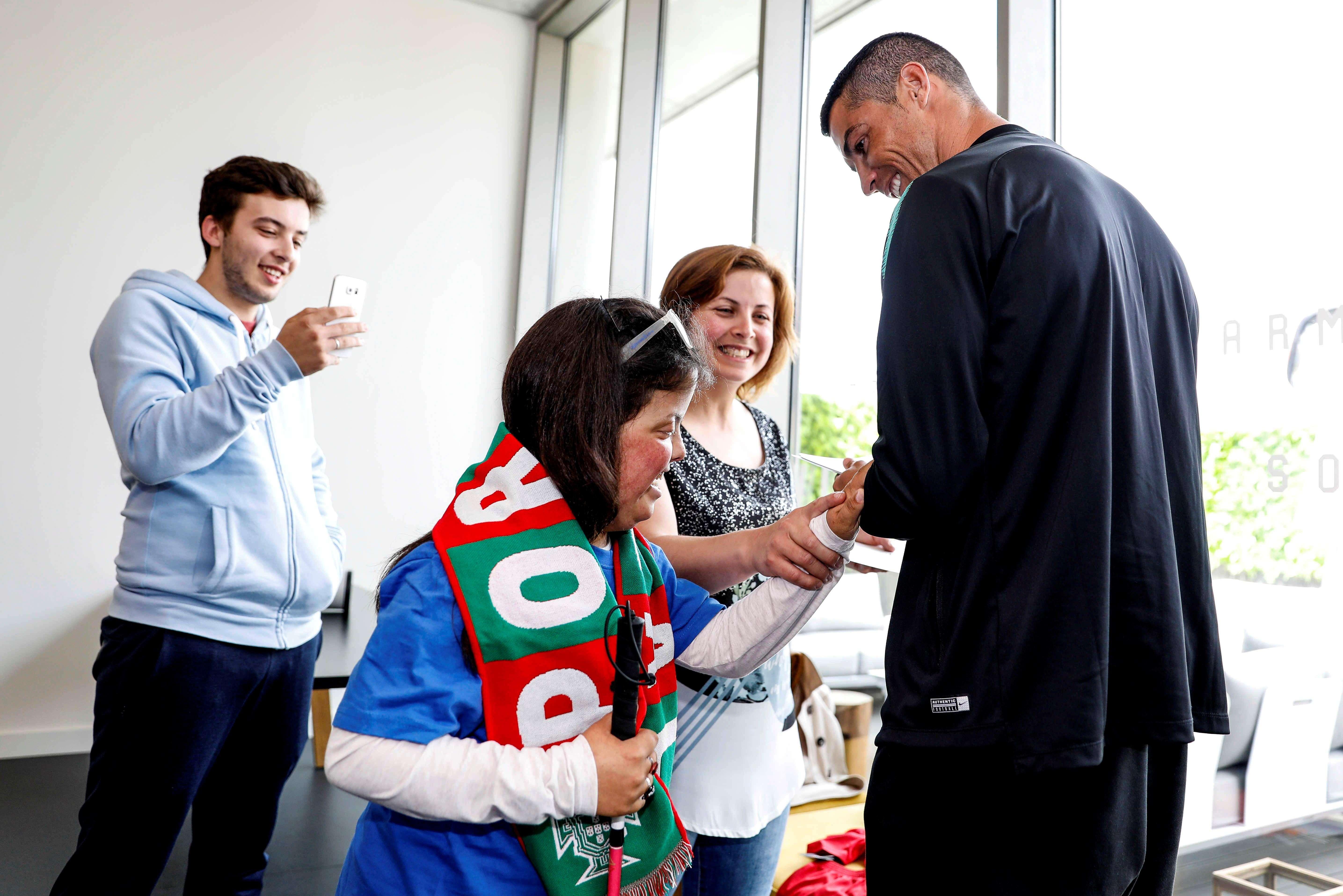 Los niños querían conocer a la figura de la Selección de Portugal. Foto: EFE