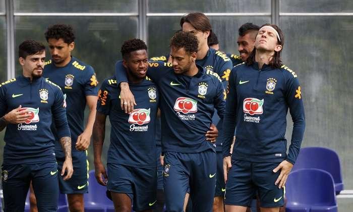 Los jugadores brasileños Fred (i) y Neymar (d) se abrazan durante una sesión de entrenamiento de su selección nacional./EFE