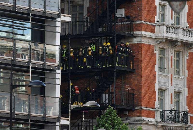 Bomberos trabajan en labor de extinción del incendio. Foto/EFE