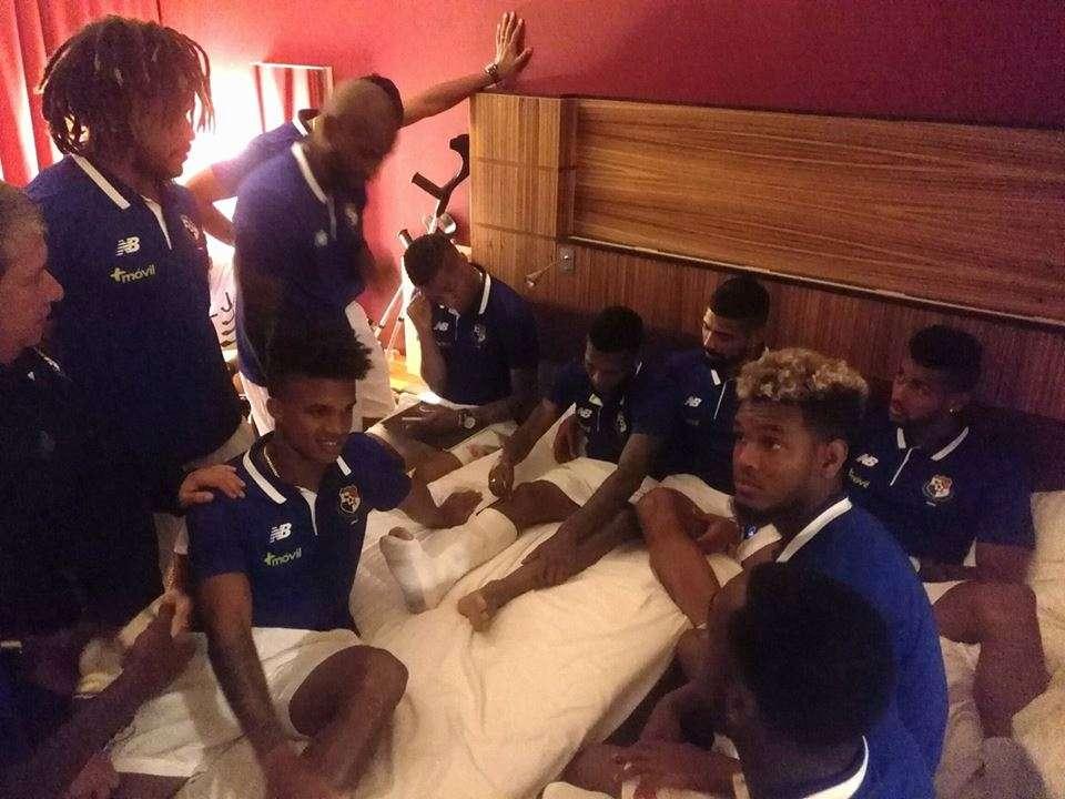 El jugador Alberto Quintero conversa con sus compañeros de la selección de Panamá, luego de la lesión. Foto cortesía Fepafut