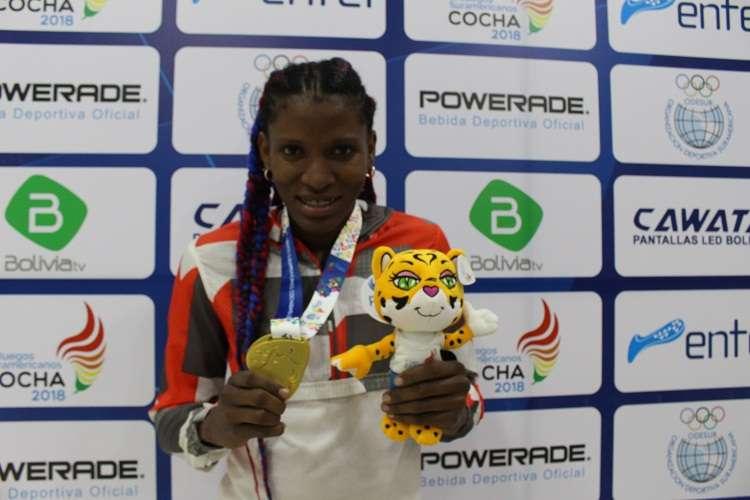La boxeadora Atheyna Bylon muestra su medalla de oro. Foto: Comité Olímpico de Panamá