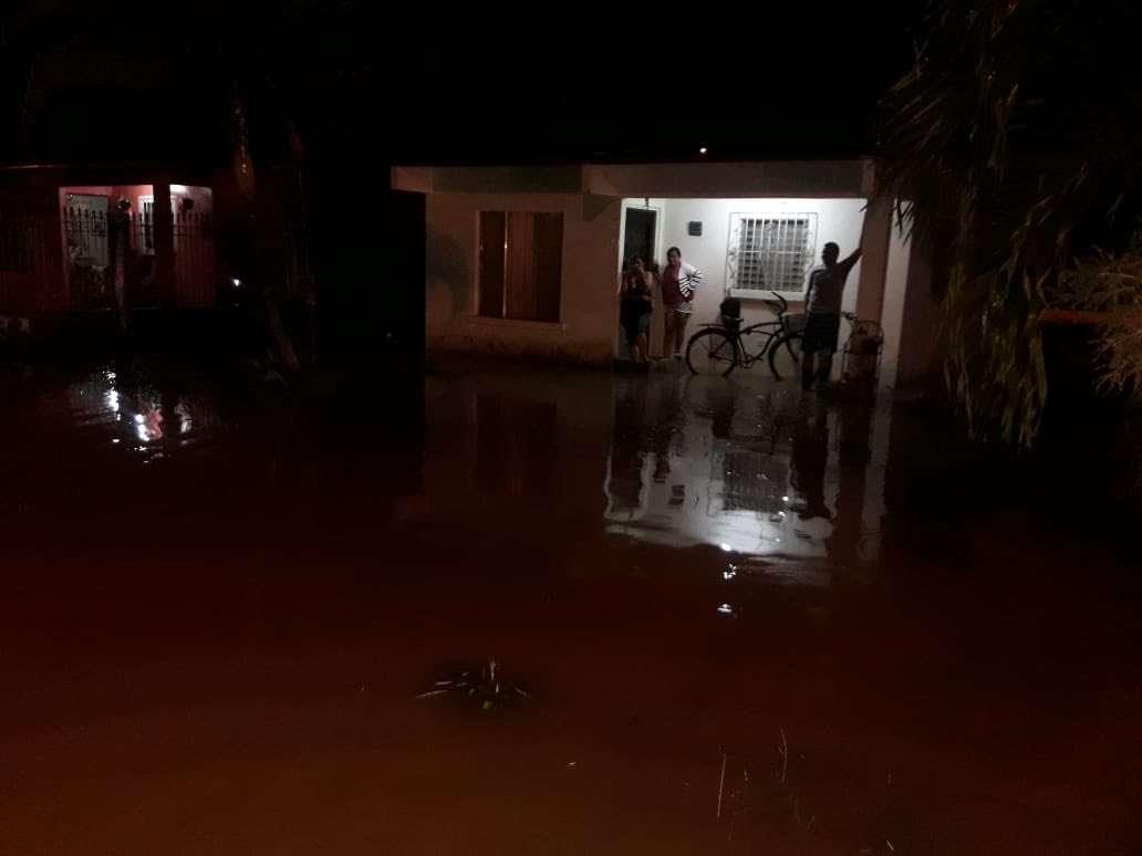 Personal del Sinaproc realizó la evaluación en 7 residencias afectadas por el desborde del alcantarillado en Villa Verde en Bocas del Toro.  Foto: Mayra Madrid