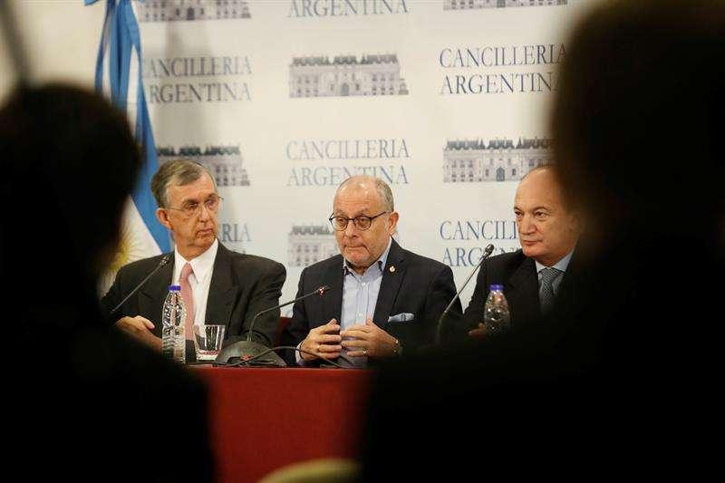 El Ministro de Relaciones Exteriores de Argentina, Jorge Faurie, habla junto al embajador de Brasil, Sérgio França durante una conferencia de prensa. Foto EFE