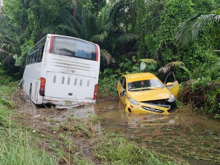 Los vehículos terminaron atascados en una laguna que se forma a un costado de la vía luego de las lluvias. Foto: Delfia Cortez
