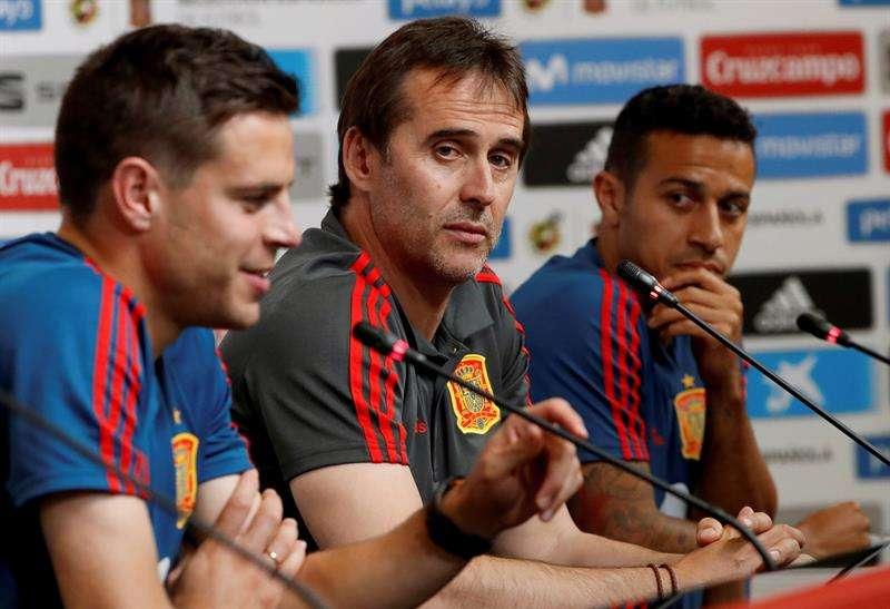El seleccionador español, Julen Lopetegui (c) junto a los jugadores César Azpilicueta (i) y Thiago Alcántara durante la rueda de prensa ofrecida hoy en Krasnodar. Foto EFE