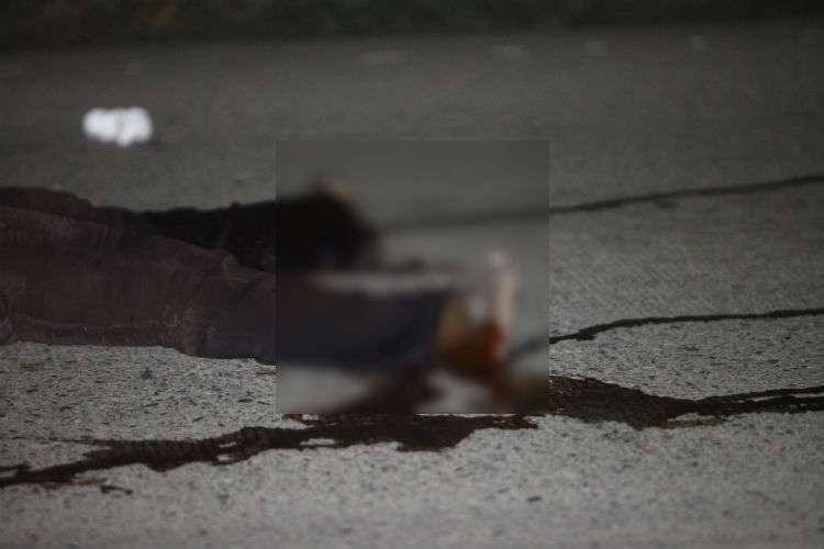 El cuerpo de la víctima quedó tirado sobre la calzada boca arriba.  Foto: Alexander Santamaría