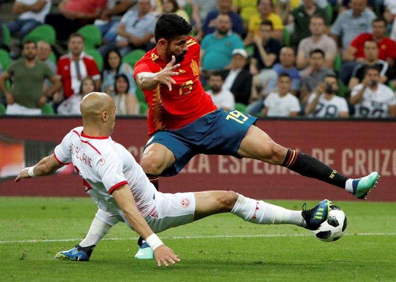 Diego Costa en plena acción durante el duelo ante España./ EFE