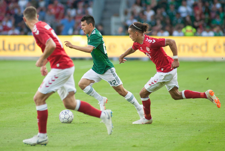 Hirving Lozano (c) trata de eludir la marca de los daneses./ EFE