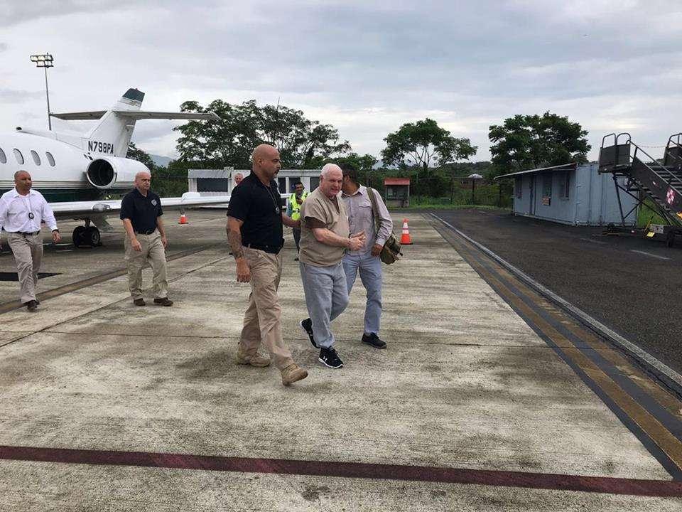Expresidente Ricardo Martinelli mientras era trasladado al avión que lo trajo a Panamá desde Estados Unidos.