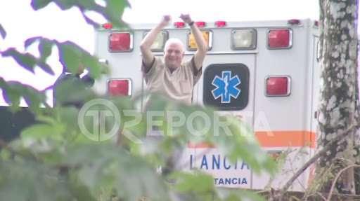 Expresidente Ricardo Martinelli saluda efusivo, desde los predios de la cárcel El Renacer, a la batería de periodista que se dieron cita para cobertura de su llagada a Panamá. Foto: @TReporta
