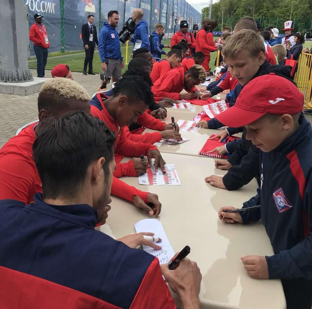 Jugadores de la selección firmando autógrafos a los fanáticos en Saranks. @fepafut