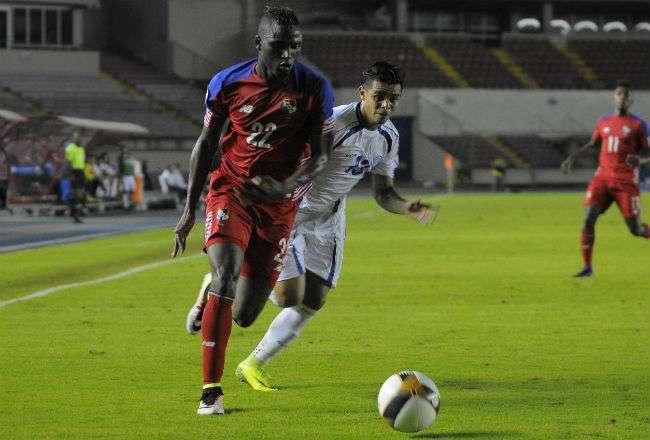 El delantero de Panamá Abdiel Arroyo (rojo). Foto: EFE