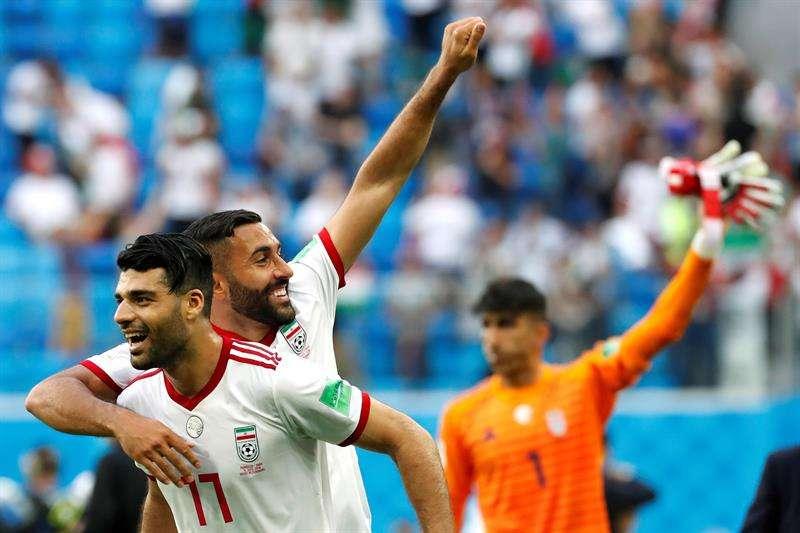 El delantero iraní Mehdi Taremi y su compañero el delantero Sman Ghoddos (2-i) celebran tras vencer 1-0 a la selección marroquí tras el partido Marruecos-Irán, del Grupo B del Mundial de Fútbol de Rusia 2018. Foto EFE