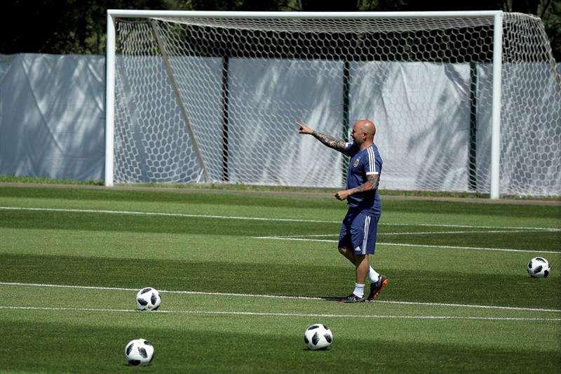 El entrenador de la selección de Argentina, Jorge Sampaoli, durante un entrenamiento del equipo celebrado en la víspera de su debut ante Islandia. Foto EFE
