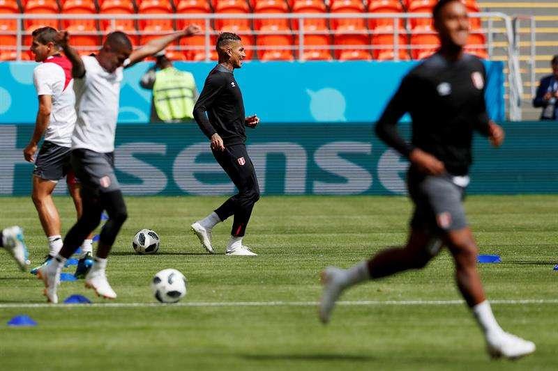 El delantero de la selección de Perú, Paolo Guerrero (c), durante el entrenamiento de esta mañana en el campo del Mordovia Arena en la ciudad de Saransk, previo a su debut contra Dinamarca. Foto EFE