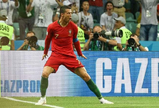 Cristiano Ronaldo de Portugal celebra luego de anotar uno de sus tres goles. Foto: EFE