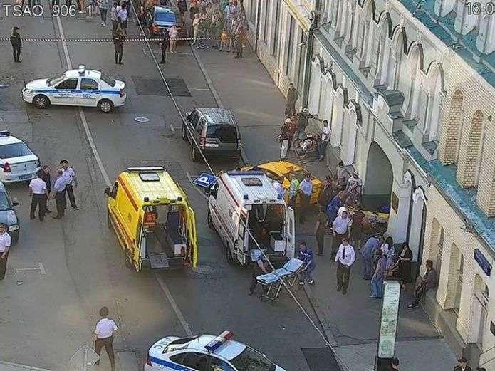Un taxi se desvió hacia una acera cerca de la Plaza Roja y atropelló a los peatones. Foto AP