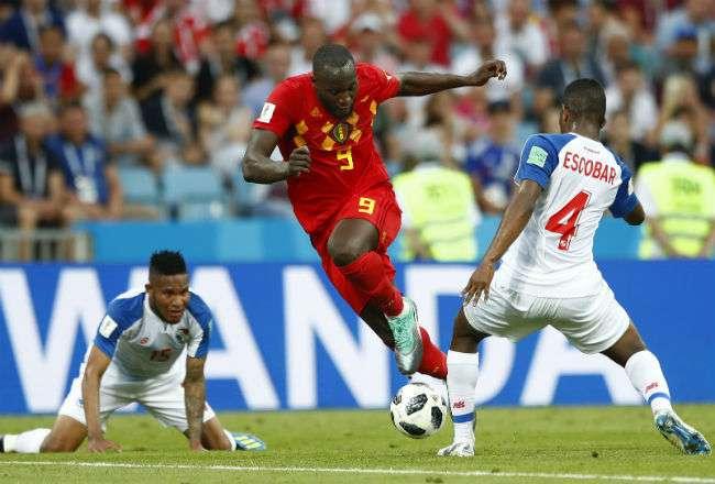 El jugador Fidel Escobar marcando al belga Romelu Lukaku. Foto: AP
