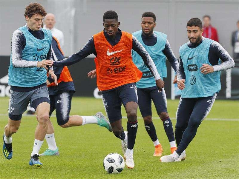 El jugador francés Ousmane Dembele (c) durante un entrenamiento. Foto EFE