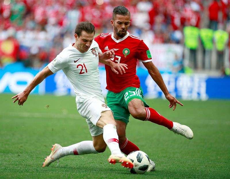 El defensa portugués Cédric Soares (i) y el delantero marroquí Mehdi Carcela (d) durante el partido Portugal-Marruecos. Foto EFE