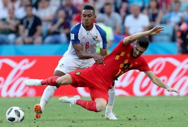 El jugador  Edgar Joel Bárcenas fue amonestado por sujetar. Foto: EFE