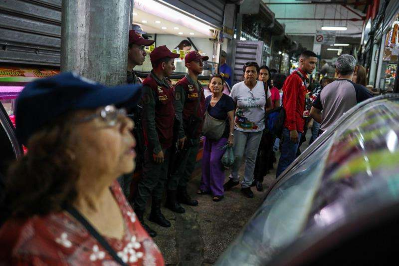 Efectivos de la Guardia Nacional Bolivariana (GNB) custodian el Mercado Municipal de Quinta Crespo hoy, jueves 21 de junio de 2018, en Caracas (Venezuela). EFE