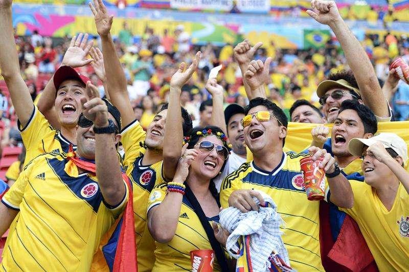 Hinchas con la camiseta de la selección de fútbol de Colombia ofrecieron disculpas. Foto EFE