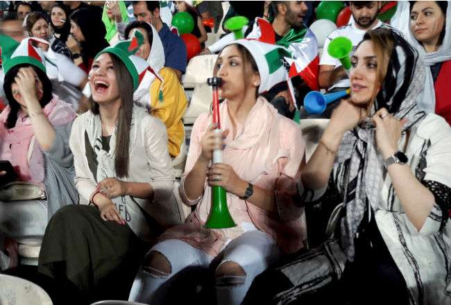 Las mujeres iraníes disfrutaron de ver un partido de fútbol. Foto: EFE