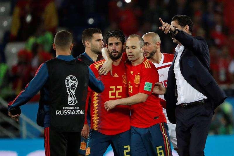 Los jugadores españoles Isco (c-i) e Iniesta, junto a su entrenador, Fernando Hierro (d), tras finalizar el partido España-Marruecos, del Grupo B del Mundialde Rusia 2018. Foto EFE