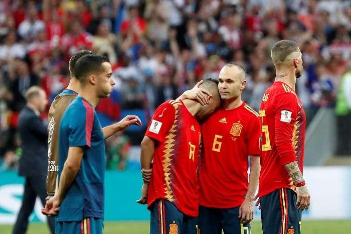 Jugadores españoles reaccionan tras el partido España-Rusia, de octavos de final del Mundial de Fútbol de Rusia 2018, en el Estadio Luzhnikí, Rusia./EFE