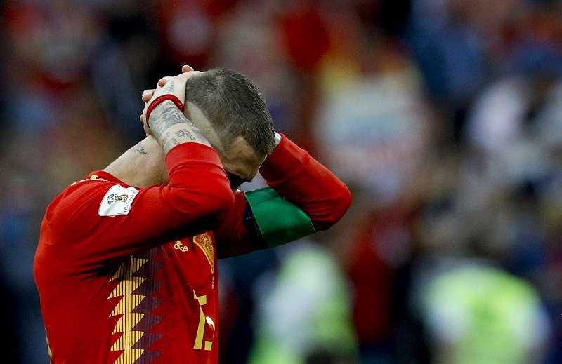 El capitán de la selección española, Sergio Ramos, no esconde su tristeza al quedar fuera del Mundial de Rusia 2018. Foto EFE