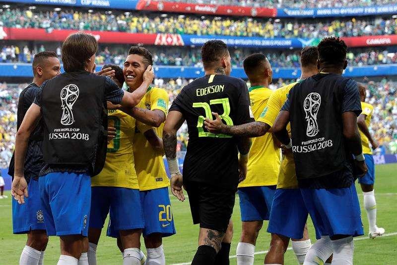 Brasil, de nuevo selección más goleadora de la historia de la Copa del Mundo Jugadores brasileños celebran el 2-0 durante el partido Brasil-México, de octavos de final. Foto EFE
