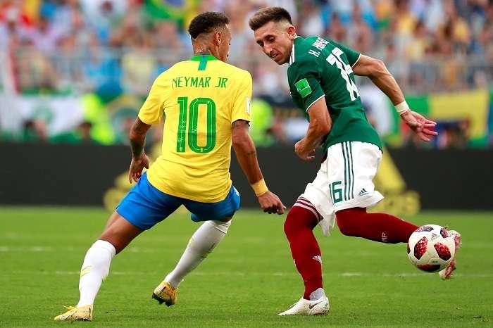 El delantero brasileño Neymar y el centrocampista mexicano Hector Herrera durante el partido Brasil-México, de octavos de final./EFE