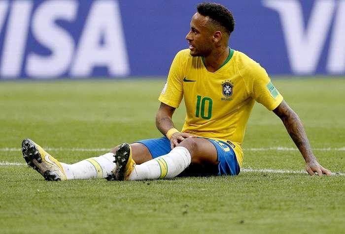 Neymar se queja tras recibir una falta./ AP