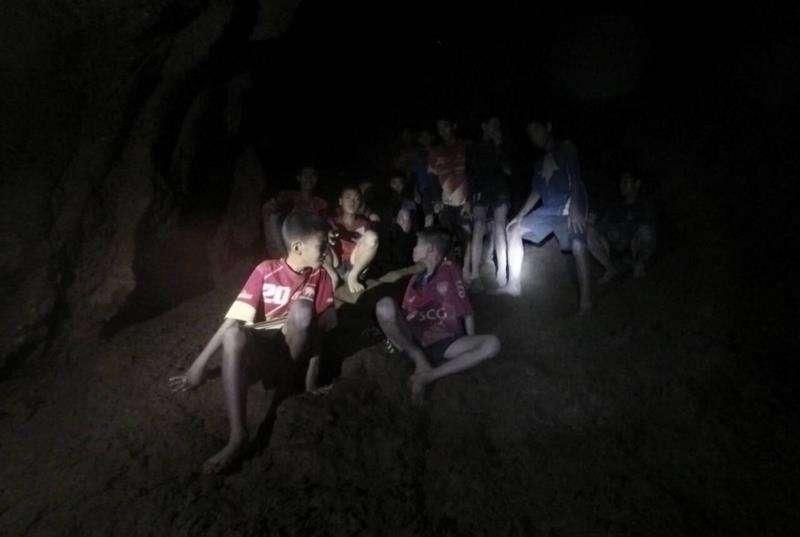 Fotografía cedida por el Real Ejército de Tailandia que muestra a los 12 menores y su entrenador, desaparecidos en la cueva Tham Luang, en el momento de su rescate en Tailandia hoy, 2 de julio del 2018. EFE