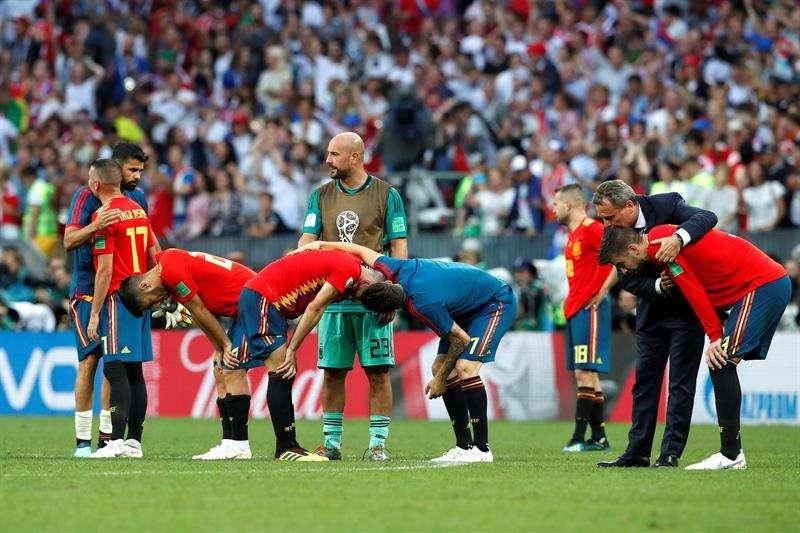 Los jugadores de la selección española tras perder en la tanda de penaltis durante el partido España-Rusia, de octavos de final. Foto EFE